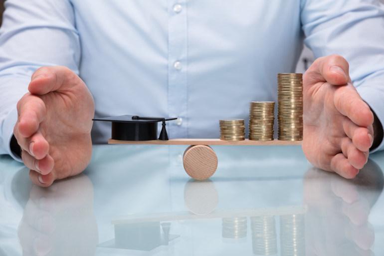 biaya kuliah di universitas negeri dan swasta berbeda