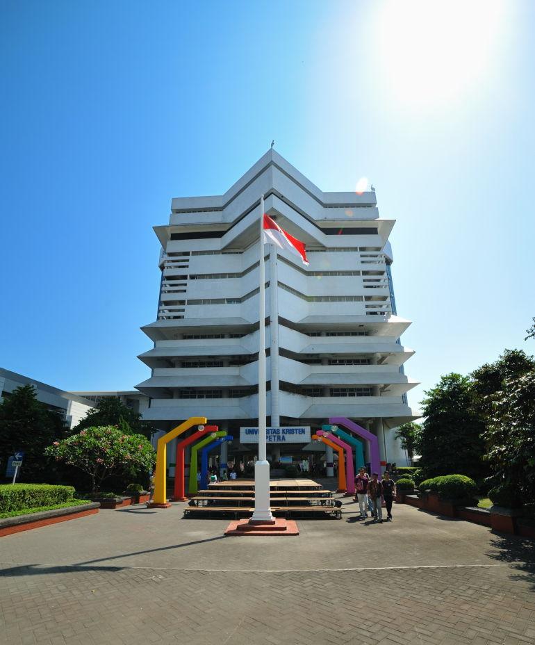 uk petra salah satu universitas swasta di surabaya