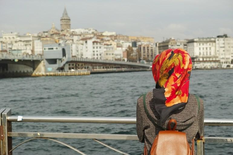 wanita muslimah memakai tas